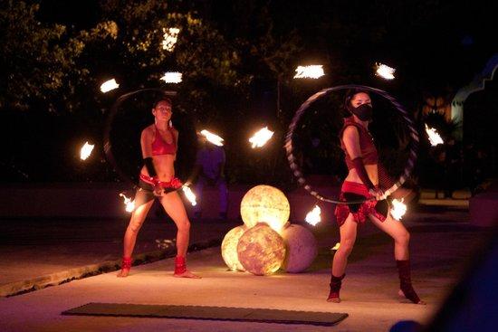 Valentin Imperial Maya: Fire Show