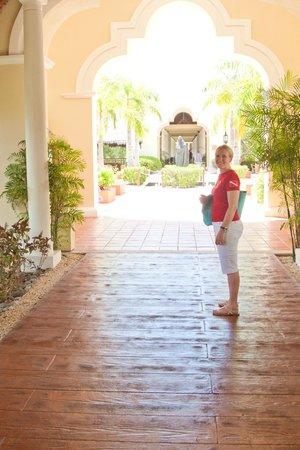 Valentin Imperial Maya: Leaving Main Lobby