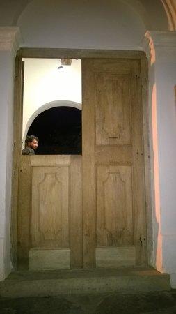 Hosteria Villa Cardon: Entrada Puerta colonial
