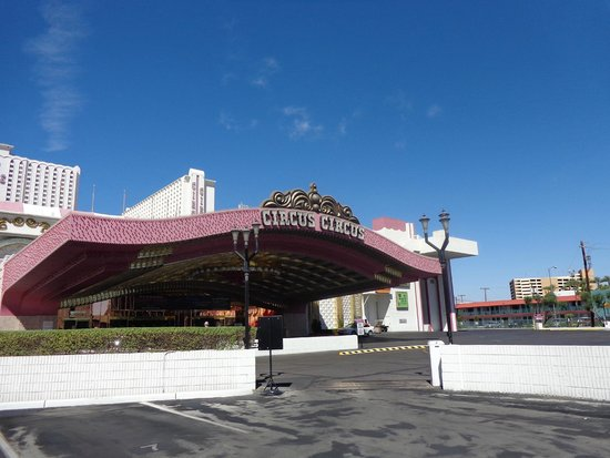 Circus Circus Hotel & Casino Las Vegas: Front of the hotel by day
