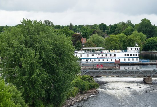 Smiths Falls, Канада: The view from the museum's lookout - dam, weir, and the Kawartha Voyageur alongside for the nigh