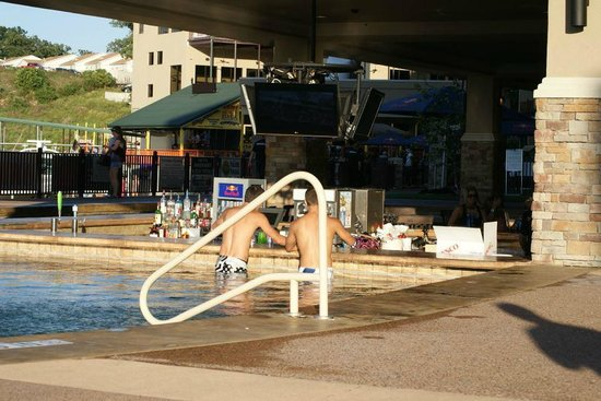 Camden on the Lake Resort: The pool with swim up bar