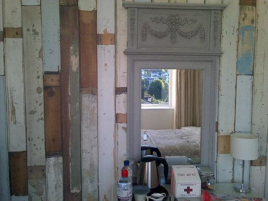 Highcliffe Contemporary Bed and Breakfast: Fab wallpaper and mirror!