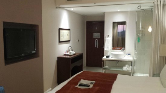 Protea Hotel by Marriott OR Tambo Airport: Bathroom and valet