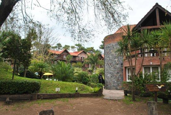 San Remo Villa Corral Aparts: entrada con vista a cabañas