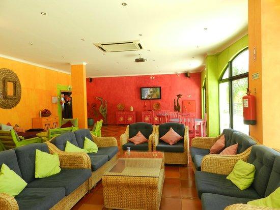 Hotel Mirachoro Praia: Área comum com bar, sofás, sinuca e tv....