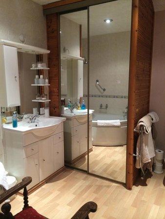 Hearthstone Farm: Spacious bathroom