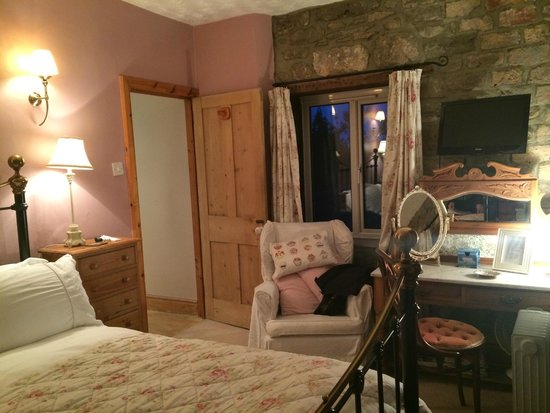 Hearthstone Farm: Well-appointed bedroom with plenty of space and lovely view