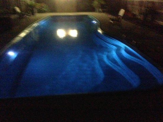 Bluewater Harbour Motel: Our pool by Night