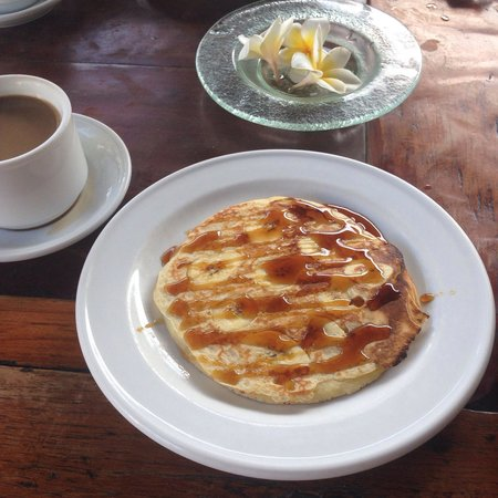 Adi Dharma Cottages: 朝食のメニューは豊富で、これはバナナパンケーキ♡甘さ控えめです!別の日にスクランブルエッグも頼みましたが、ふわっふわで美味しかったデス♪
