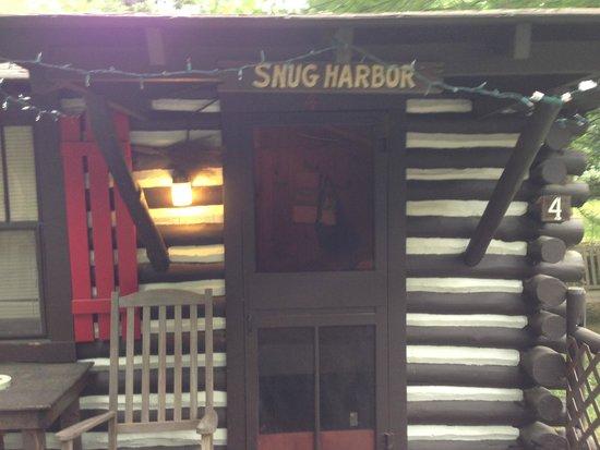Log Cabin Motor Court: Front of cabin