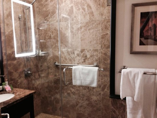 The Royal Hawaiian, A Luxury Collection Resort, Waikiki: Granite bathroom and Hawaiian aloe toiletries