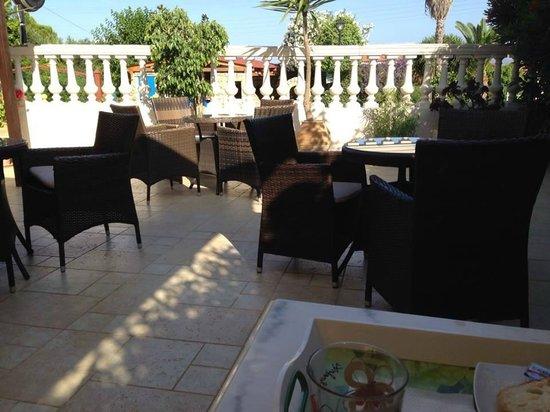 Irilena Hotel: Outside bar/dining area