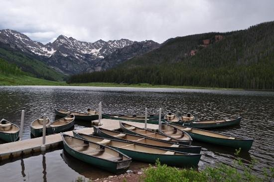 Piney River Ranch: lake view with canoe's