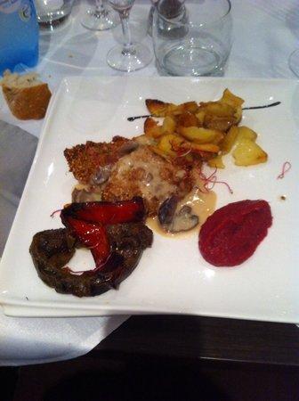 L'Aromate : Filet mignon en croûte de sésame et purée de betteraves.