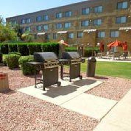 Best Western Plus Tempe By The Mall : Outside Grill area