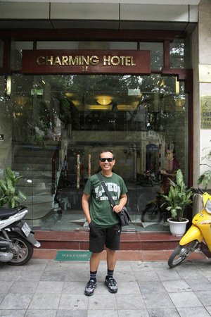 Hanoi Charming 2 Hotel: In front of the hotel