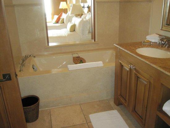 The Resort at Pelican Hill : Bathtub