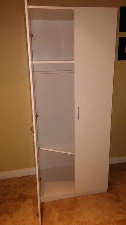 Hotel Aladdin: Broken closet.