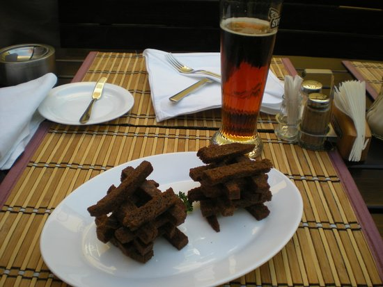 Restaurant Lokys: Fabulous fried garlic bread and the ever abundant beer