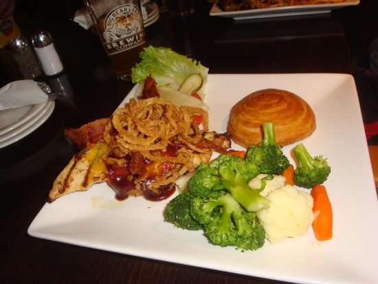 Big Bear Lake Brewing Company: BBQ Chicken Burger w/ Veggies