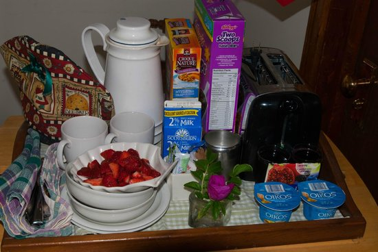 Gallery Guest House B & B: Strawberries, bagels, yogurt, etc