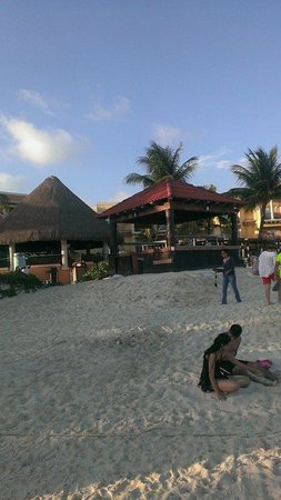 Gran Porto Resort and Spa: beach area looking back at hotel