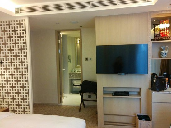 The Pottinger Hong Kong : Deluxe room. Sony TV with HD channels.