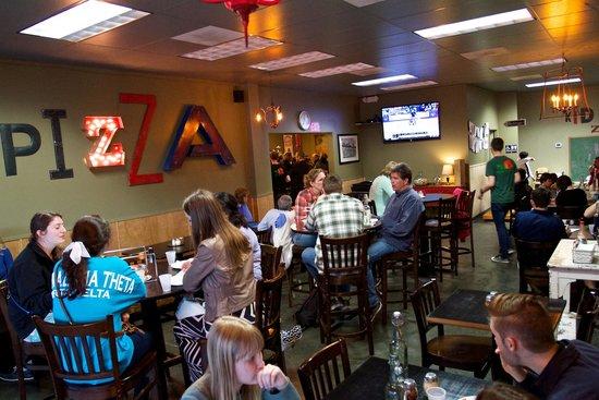 Sweet Basil Pizzeria: dining room