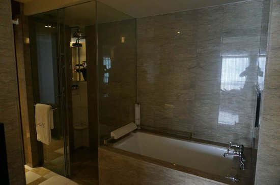 Les Suites Orient, Bund Shanghai: Shower and bathtub