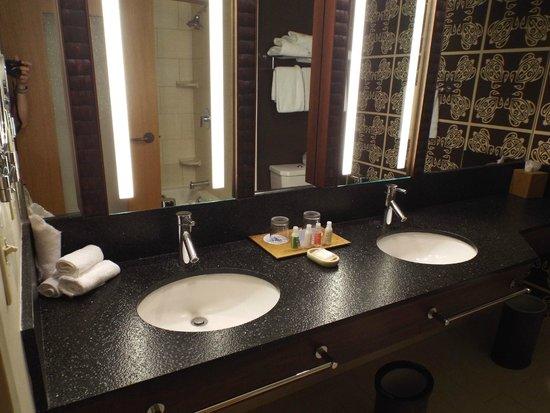 Disney's Polynesian Village Resort: dbl bath rm sink