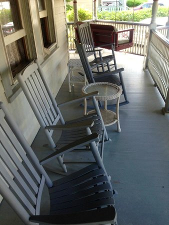 Beauclaire's Bed and Breakfast: The amazing porch!