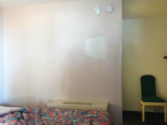 Singapore Motel: Wall