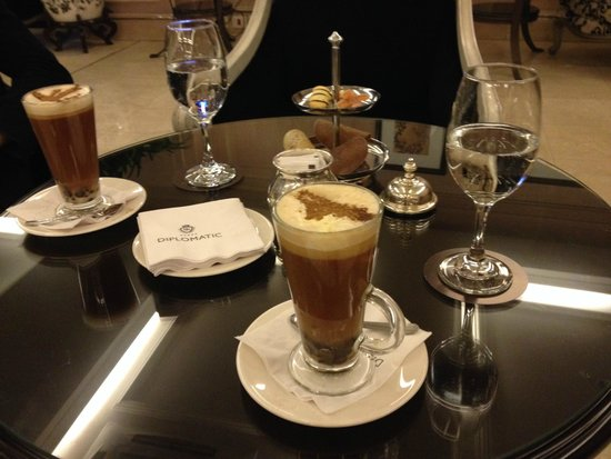 Diplomatic Hotel: Nice coffee service in the restaurant lounge