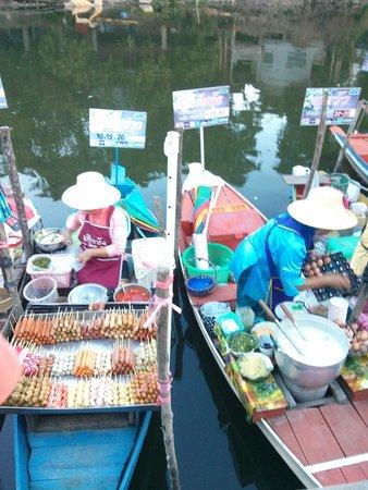 Hat Yai Floating Market: Pay via baskets.