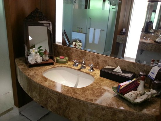 Santiburi Beach Resort & Spa: washroom