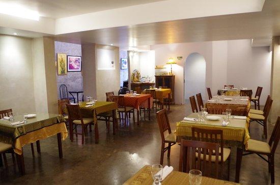 Aroi Thai: Interior moderno, comida rica tradicional