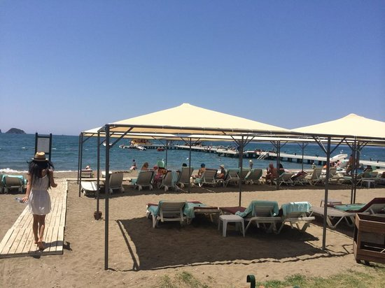 Club Tuana Fethiye: loungers and parasols on the beach