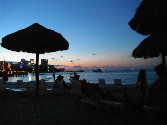 Oasis Palm : Praia de frente ao hotel