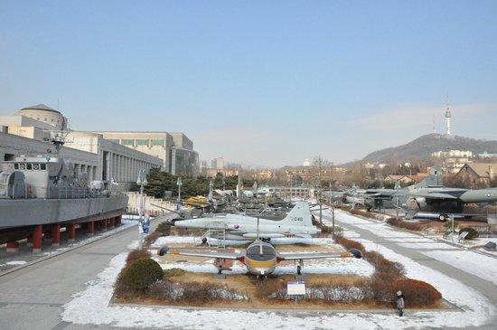 Monumento de Guerra de Corea: Rows of jet fighters