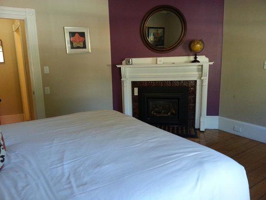 Woods Hole Inn : Bedroom fireplace in room 5