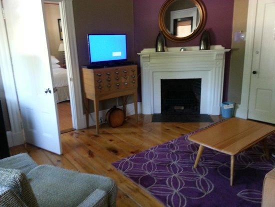 Woods Hole Inn : living room adjoining bedroom