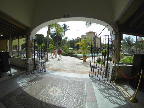 Sandos Playacar Beach Resort : entrada para comedor