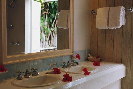 Cocobay Resort: Cottage bathroom