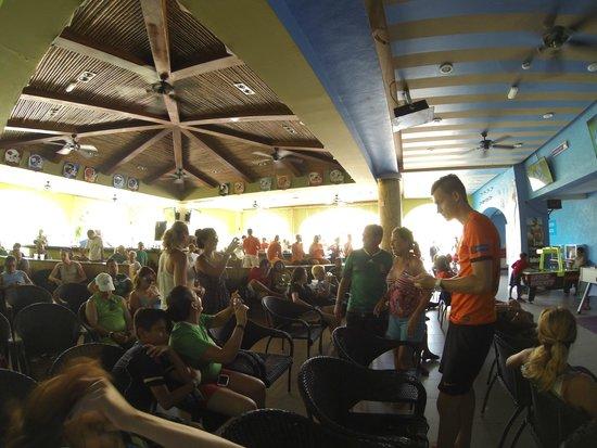 Sandos Playacar Beach Resort : Sport Bar