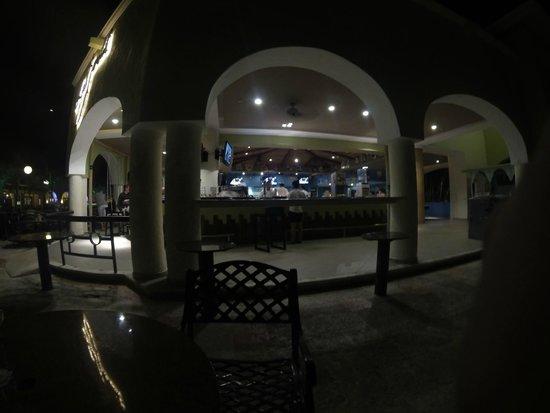 Sandos Playacar Beach Resort : Sportbar de noche