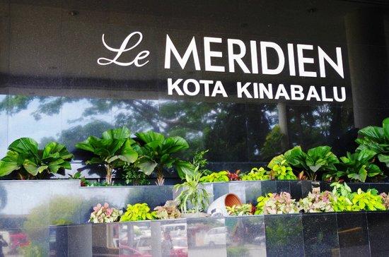 Le Meridien Kota Kinabalu: Le Meridien Hotel Signage stands Tall