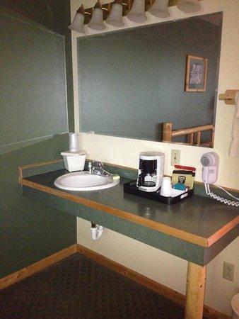 Seward Windsong Lodge: sink area in standard bedroom
