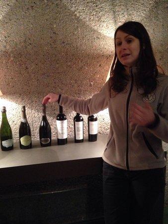 Vistalba Wine Tours : Funcionaria responsável pela apresentação e degustação dos vinhos.