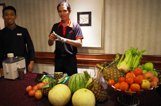 Le Meridien Kota Kinabalu : Service staff attending at the Juice Counter